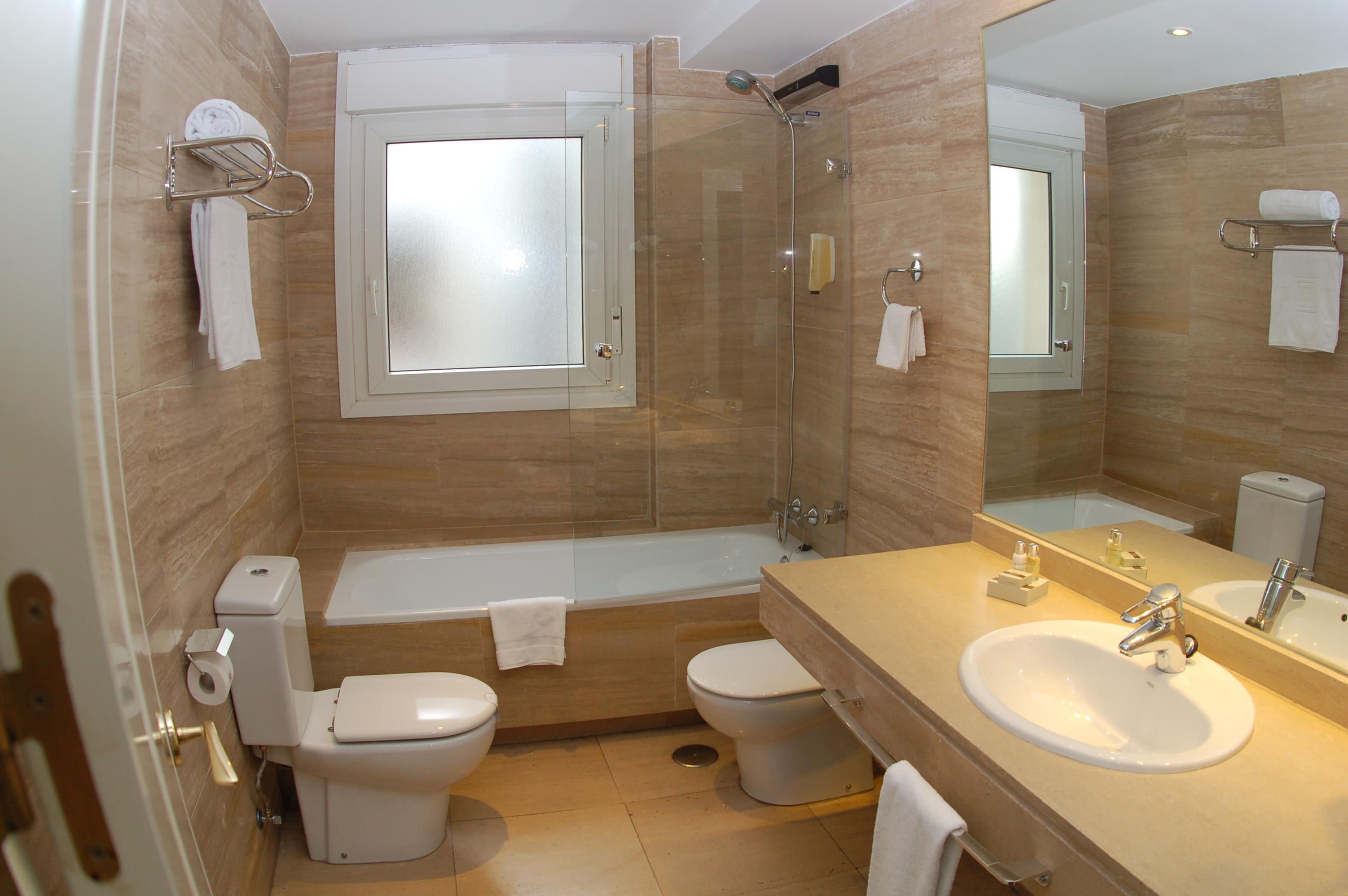 Luxury suites madrid madrid hotels spain small for Luxury bathroom ideas uk